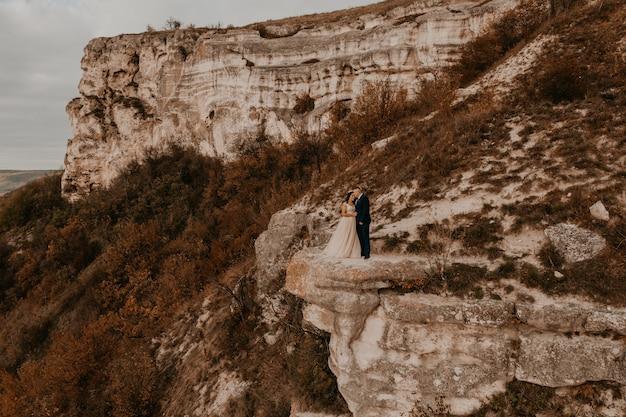Sposo in abito e la sposa