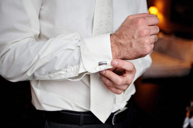 Lo sposo indossa gemelli per camicia
