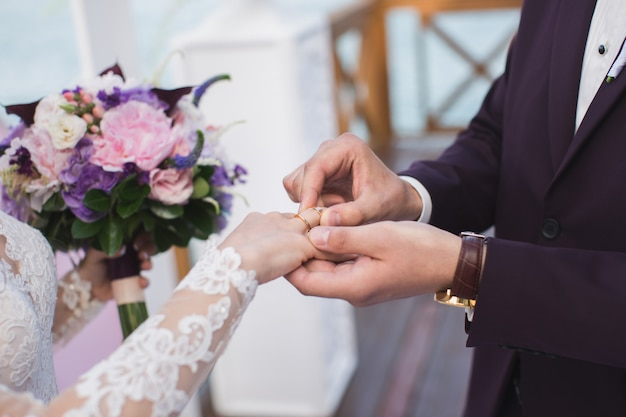 Lo sposo indossa la sposa anello.