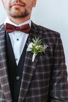 Sposo il giorno del matrimonio immagine del matrimonio della giacca e del fiore all'occhiello dello sposo