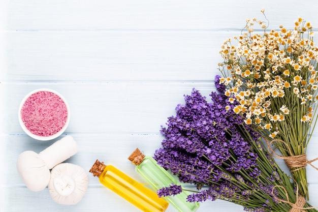 Prodotti per la toelettatura e bouquet di lavanda fresca sul fondo della tavola in legno bianco