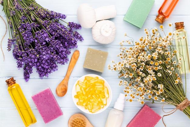 Prodotti per la toelettatura e bouquet di lavanda fresca sulla tavola di legno bianca
