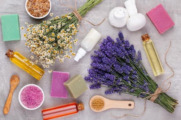 Prodotti per la toelettatura e bouquet di lavanda fresca sulla tavola di legno bianco