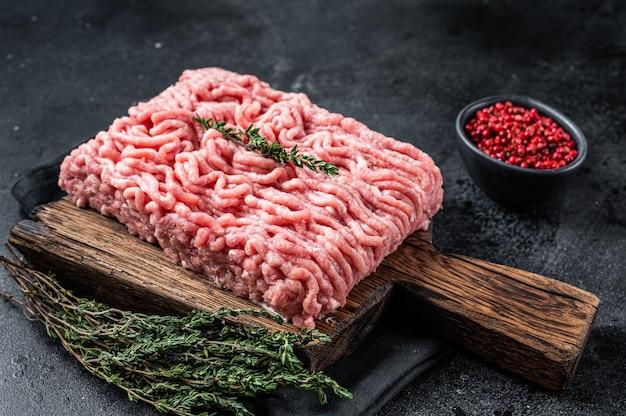 Carne cruda di pollo o tacchino macinata su tavola di legno