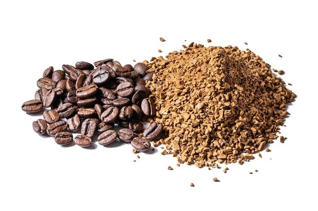 Caffè macinato e fagioli su sfondo bianco isolato. alta risoluzione, dof.