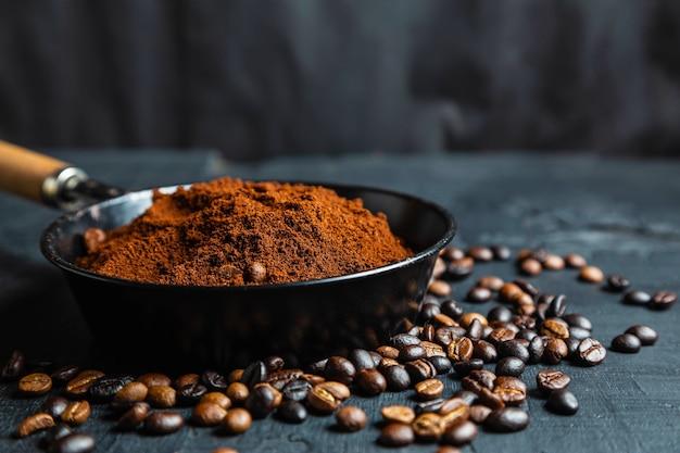 Caffè macinato in polvere e chicchi di caffè tostati