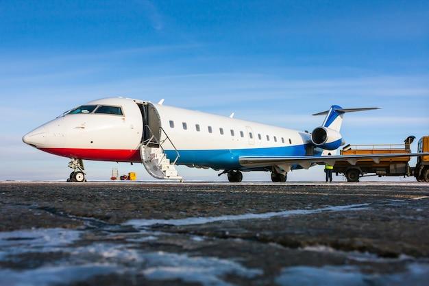 Assistenza a terra di un aereo privato in un freddo aeroporto invernale