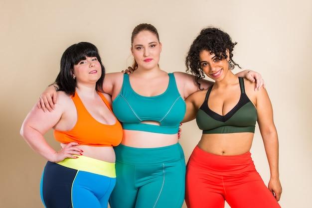 Gruppo di 3 donne oversize in posa. accettazione del corpo e positività del corpo