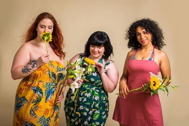 Gruppo di 3 donne oversize in posa in studio