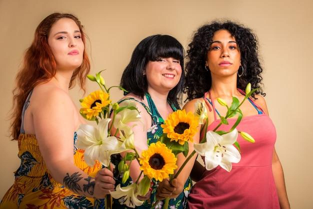Gruppo di 3 donne oversize in posa in studio Foto Premium