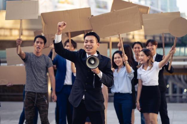 Gruppo di attivisti con striscioni che protestano per la democrazia e l'uguaglianza. uomini e donne che protestano in silenzio per la democrazia e l'uguaglianza
