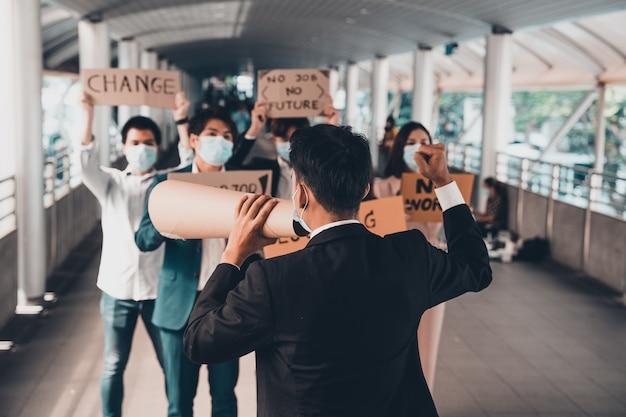 Gruppo di attivisti con striscioni che protestano per la democrazia e l'uguaglianza