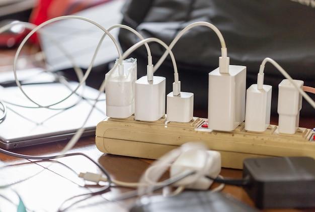 Gruppo di adattatori per ricarica smartphone e laptop sul tavolo