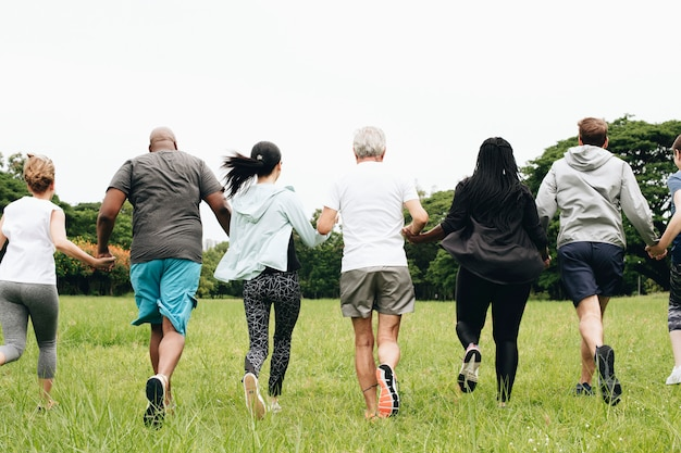 Gruppo di adulti che si tengono per mano nel parco
