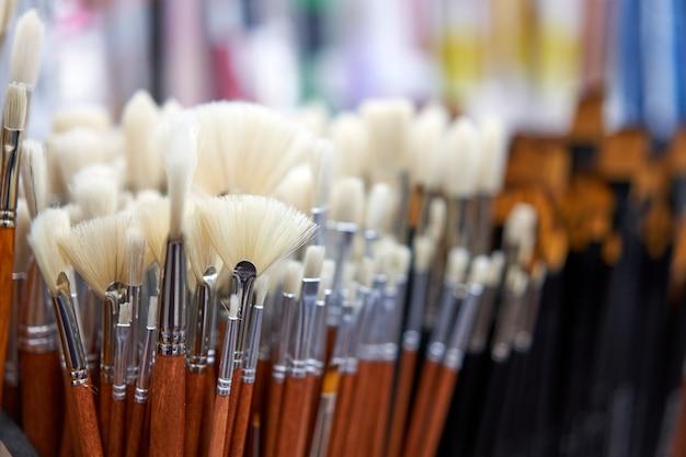 Gruppo di pennelli artistici per artista nuovi pennelli in mostra sullo scaffale in cartoleria. concetto di pittura artistica. strumenti di vendita di concetti per artisti
