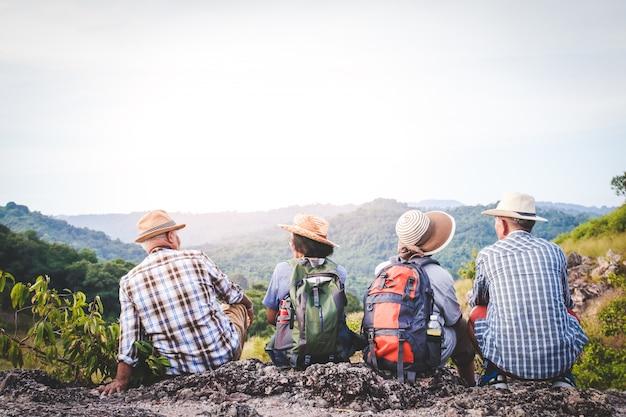 Gruppo di anziani asiatici, escursioni e in piedi su alte montagne godendo la natura. concetti di comunità senior