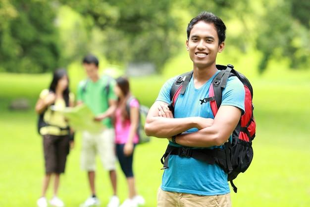 Gruppo di giovani asiatici che backpacking