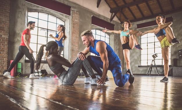 Gruppo di allenamento sportivo con ginnastica funzionale