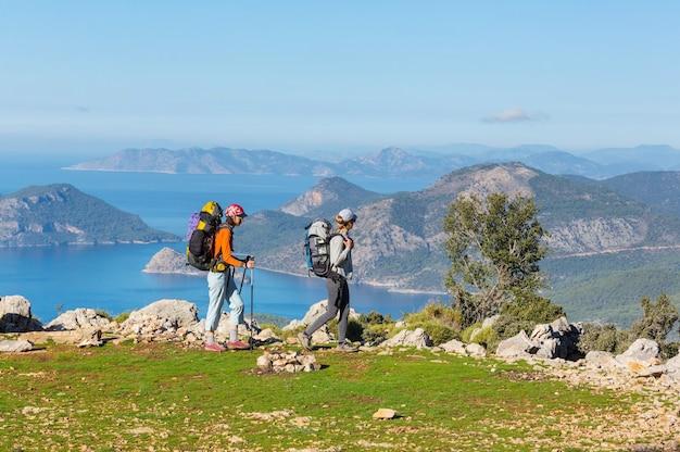 Gruppo di backpackers escursionismo in montagna all'aperto stile di vita attivo viaggio avventura vacanze viaggio libertà estate paesaggio concetto di escursione