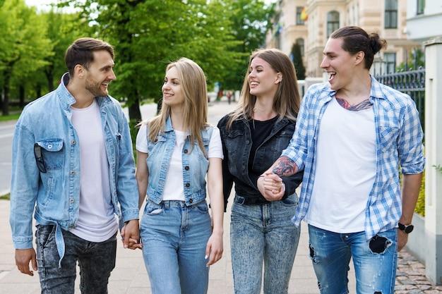 Il gruppo di migliori amici sta avendo in un parco cittadino. giovani felici di vedersi durante un incontro.