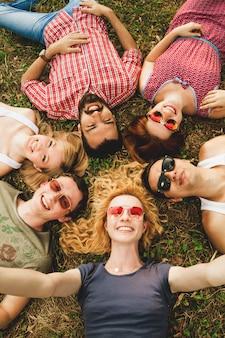 Gruppo di migliori amici che si divertono insieme, prendendo un selfie