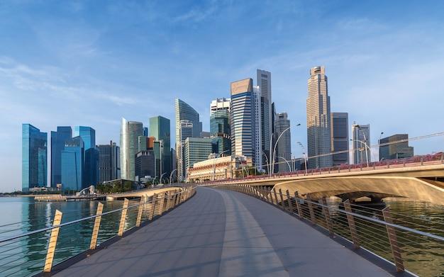 Un gruppo di edifici al centro di singapore