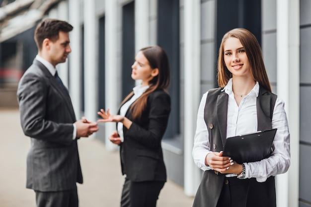Gruppo di partner commerciali che pianificano il lavoro con particolare attenzione alla donna sorridente con la cartella! allegro!