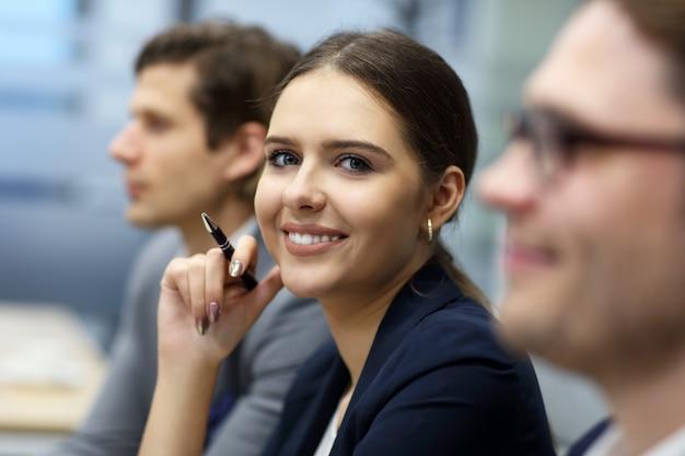 Gruppo di uomini d'affari che partecipano a una conferenza