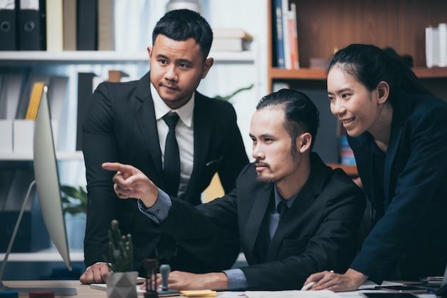 Un gruppo di uomini d'affari nel concetto di lavorare insieme per avere successo