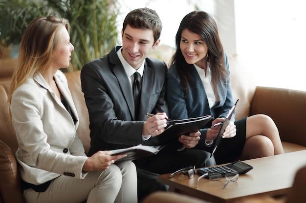 Gruppo di persone di affari che discutono il documento nel concetto di hall.business banca
