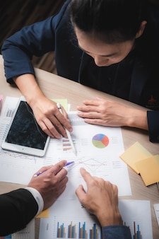 Gruppo di gente di affari diverso concetto di riunione di lampo di genio, funzionante nel concetto dell'ufficio