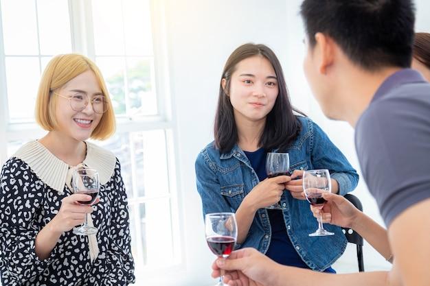 Gruppo di uomini d'affari che bevono champagne con un collega in ufficio per una celebrazione aziendale di successo