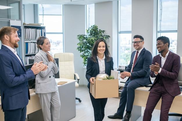 Gruppo di uomini d'affari che salutano un nuovo collega battendo le mani