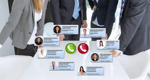 Gruppo di uomini d'affari che hanno una riunione virtuale