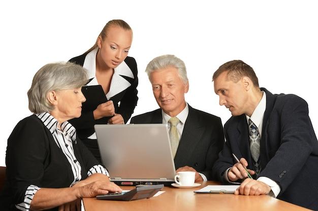 Gruppo di uomini d'affari isolati su bianco