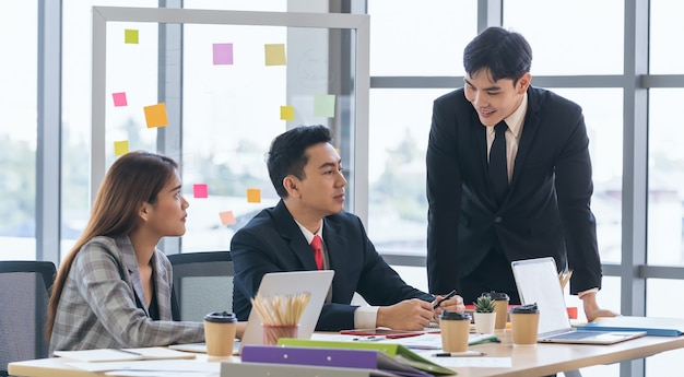 Gruppo di uomini d'affari che si incontrano nella sala riunioni