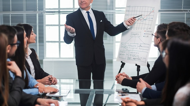 Gruppo di uomini d'affari a una presentazione in un ufficio moderno. concetto di affari