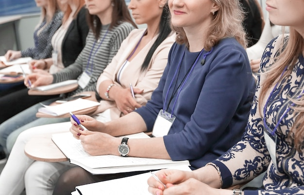 Gruppo di uomini d'affari a un seminario nell'ufficio moderno