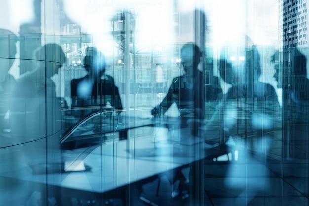 Un gruppo di uomini d'affari lavora insieme in ufficio