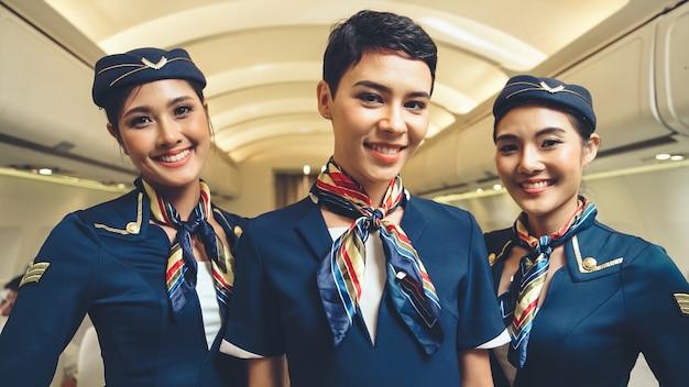 Gruppo di equipaggio di cabina in aereo