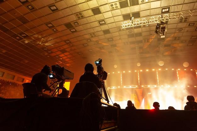 Un gruppo di cameramen al lavoro durante il concerto.