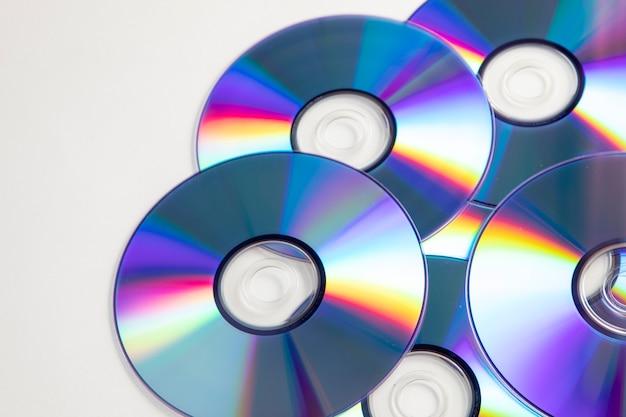 Gruppo di cd con sfondo bianco