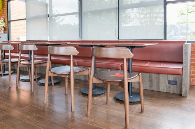 Gruppo di sedie nella caffetteria, vuoto sulle persone, concetto covid-19