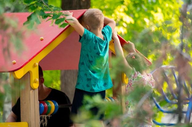 Un gruppo di bambini allegri fa diverse attività nei campi da gioco