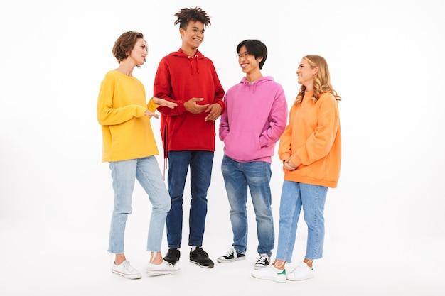 Gruppo di adolescenti allegri isolati, parlando