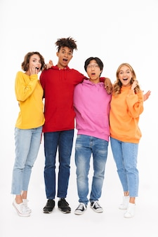 Gruppo di adolescenti allegri isolati