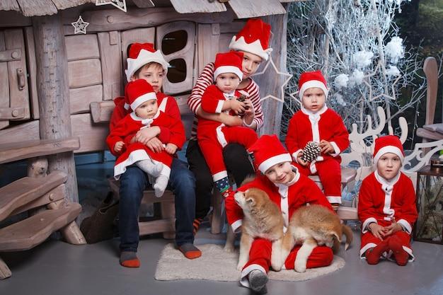 Un gruppo di bambini vestiti da aiutanti di babbo natale.