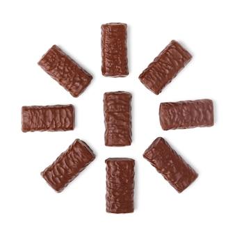 Gruppo di cioccolatini isolati su sfondo bianco, vista dall'alto.