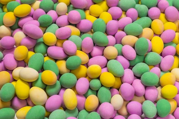 Gruppo di arachidi colorate in smalto. vista dall'alto.