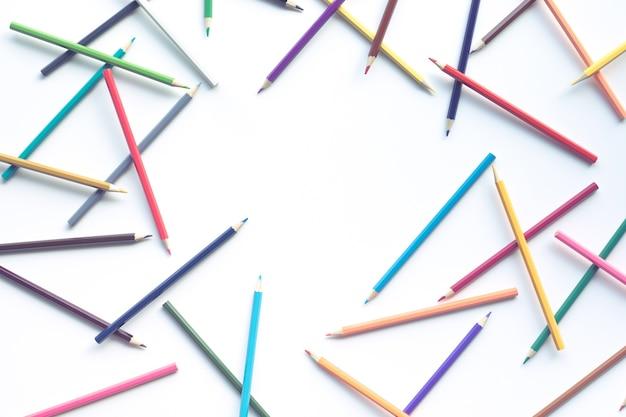 Gruppo di matita colorata accumulata su un tavolo